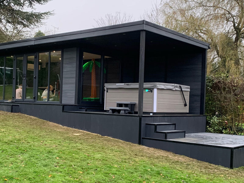 Large Garden Room With Hot Tub